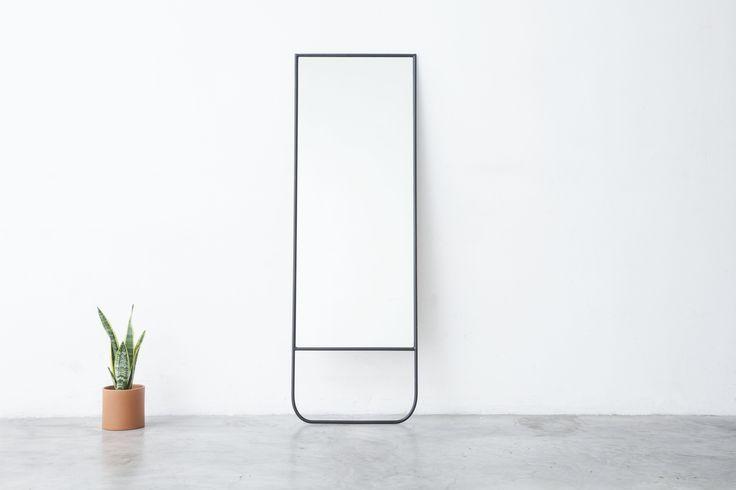 El espejo de pie CUATRO se compone de una estructura de hierro, y el diseño de su base tiene los extremos redondeados.Dimensiones: 180 cm de alto x 60 cm de ancho x 0,4 cm de espesor.