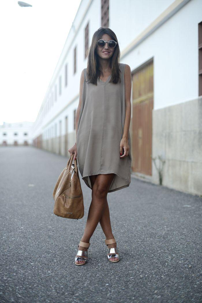 Comprar ropa de este look: https://es.lookastic.com/moda-mujer/looks/vestido-recto-gris-sandalias-de-tacon-plateadas-bolsa-tote-marron-claro-gafas-de-sol-grises/11040   — Gafas de Sol Grises  — Vestido Recto de Seda Gris  — Bolsa Tote de Cuero Marrón Claro  — Sandalias de Tacón de Cuero Plateadas