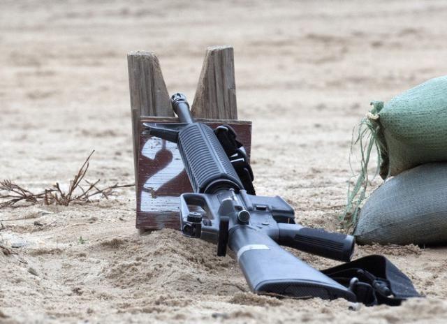 #интересное  Американцы отказались от M-16 (2 фото)   Корпус морской пехоты США снимает с вооружения фронтовых частей штурмовую винтовку M-16, вечную соперницу АК-47 и АК-74М. До полного отказа от M-16A4 осталось завершить несколько бюрократических формальностей. После э