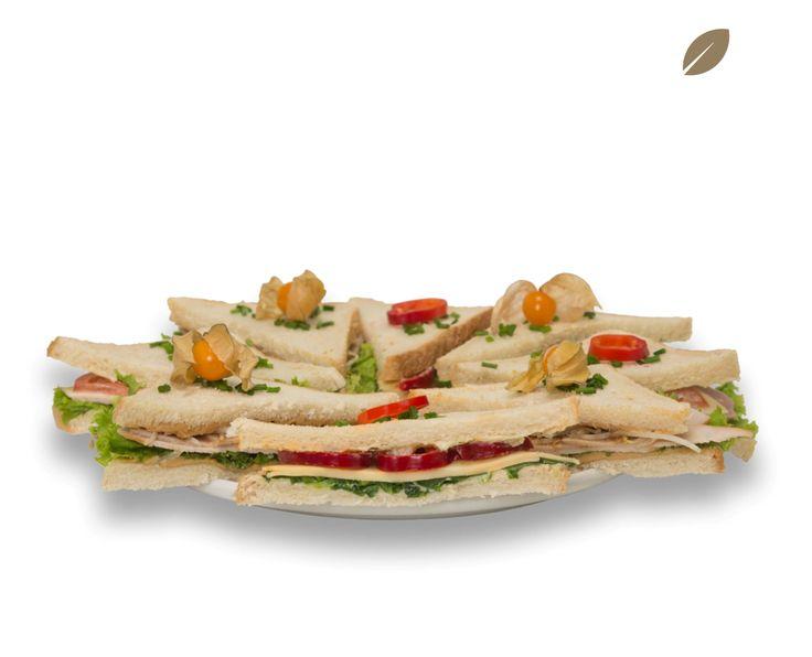 Zuerst unterstreicht exotische Teriyaki-Sauce und feine Erdnussbutter das Aroma geräucherter Putenbrust, verfeinert mit frischem Blattsalat und Sprossen. Bei dem zweiten Sandwich-Belag trifft süßlich-scharfe Paprika auf pikanten Gouda und frischen Feldsalat. Auf Wunsch auch als Vollkornvariante möglich.