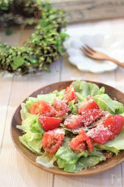 ドレッシングを作る手間なしの、レタスとトマトのシンプルなサラダ。