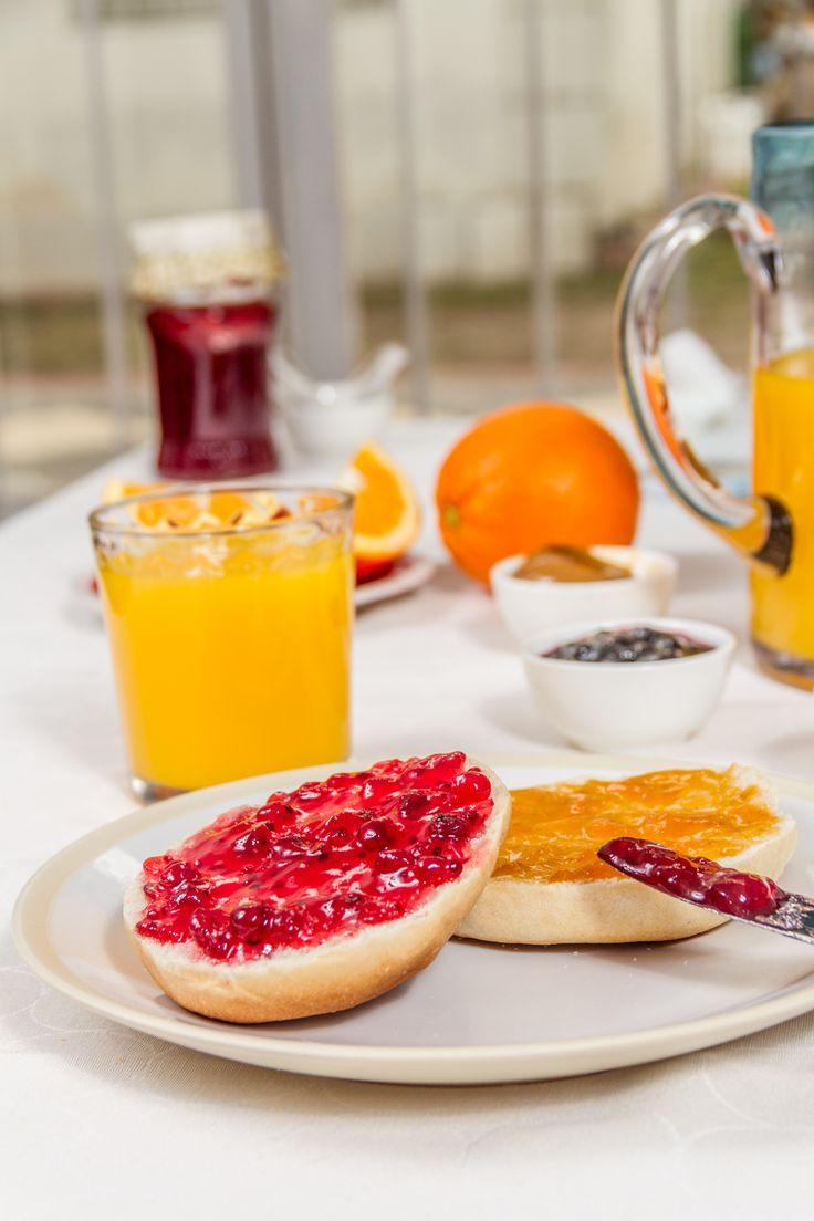 Jugo de naranja, mermeladas de frutilla y durazno, un café recién hecho y por supuesto tus hallullas HOME BAKERY de BredenMaster recién salidas del horno.