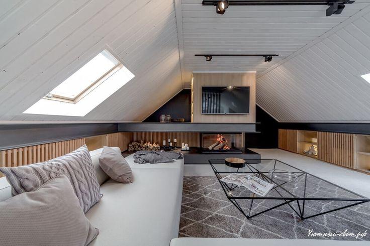 Просторная комната для отдыха на мансардном этаже