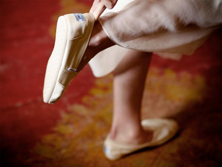 TOMS, one for one. Boda casual - El modelo glitter en color marfil se transformó en el calzado perfecto de esta novia http://www.estimagazine.com/articulo/leer/30/toms-one-for-one#