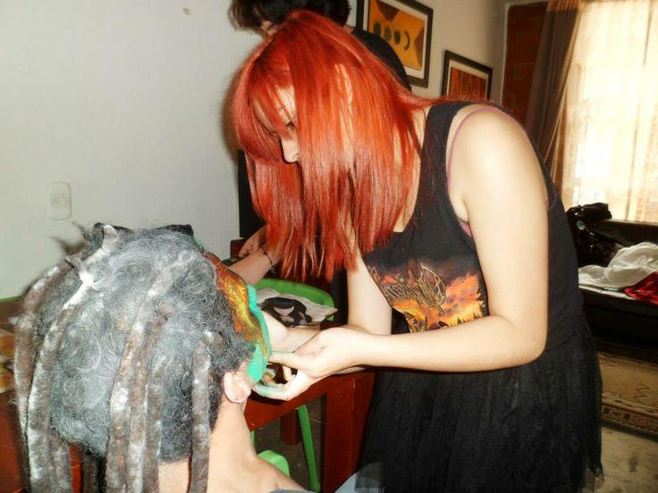 Fotografía por Vanessa Garcia. Realizando un maquillaje.