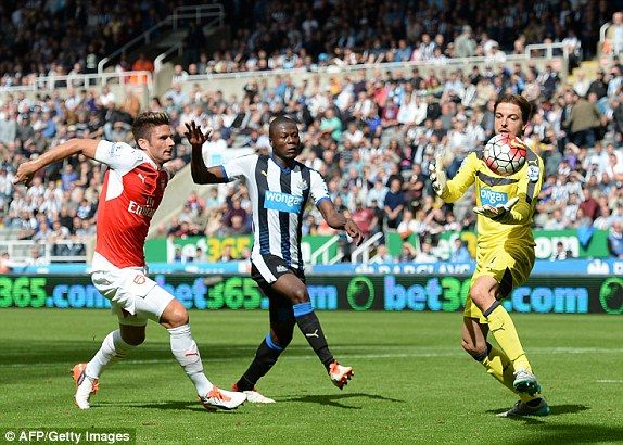 Newcastle 0-1 Arsenal Premier League RESULT: Alex Oxlade-Chamberlain's deflected strike is the winner after Aleksandar Mitrovic sees red | Daily Mail Online
