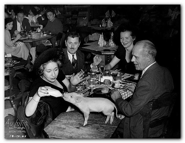 """""""Au lutin qui bouffe"""", les clients pouvaient fraterniser avec la mascotte. (1947)"""