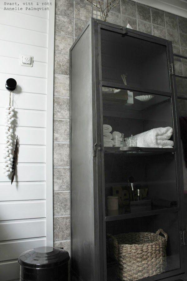 plåtskåp manzana, industrilook, industristil, industriellt badrum, förvaring i badrum, vita handdukar, snäckor som dekoration, inspiration, renovering, badrum 2014, interiör