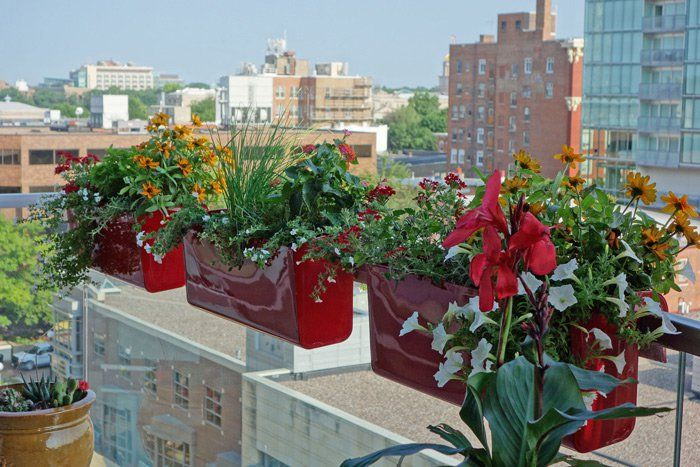 balcon en metal rouge belle balconniere élégante jardiniere balcon ...