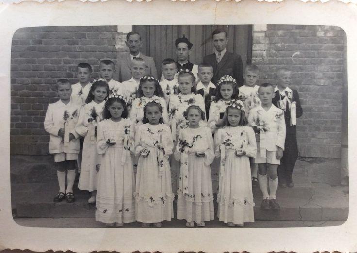 I Komunia w 1952 roku. Na zdjęciu m.in. na górze od lewej: kierownik szkoły Leon Witwicki, ks. Stanisław Hędrzak i Władysław Raus. Zdjęcia użyczył Władysław Rajs.