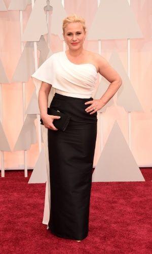 """Patricia Arquette, indicada à categoria Melhor Atriz por sua atuação no filme """"Boyhood"""", chega ao tapete vermelho do Oscar com elegante vestido assimétrico de um ombro só. A peça é da estilista Rosetta Getty"""