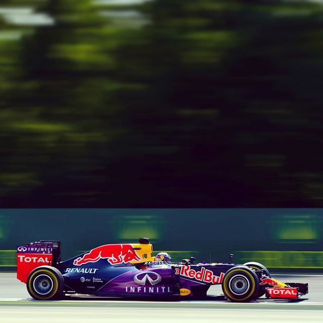 @redbullracing are back! @danielricciardo starts 4th @danydk1 7th. Who'll win most points at the #HungarianGP: Ferrari Red Bull or Williams? #F1 #Formula1 #Hungaroring #Hungary #Budapest #RedBull #Ferrari #Williams by f1