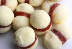 O biscoito amanteigado com recheio de goiabada é uma ótima opção para oferecer nas festinhas de criança, além de agradar toda a família...