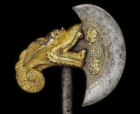 Драгоценное оружие Ритуальный топор  Конец 19-го века, Тибет Железо, золото, серебро Общая длина 64,1 см