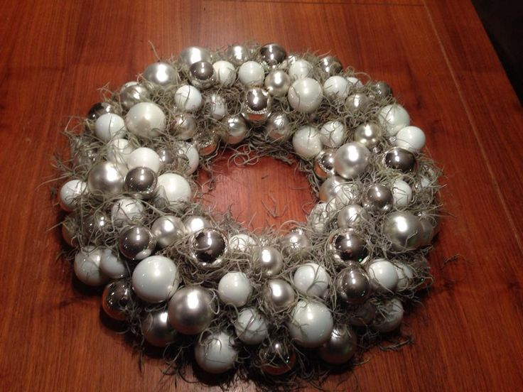 Kerstballenkrans gemaakt van een krans, kerstballen, sneeuw en mos allemaal er opgeplakt met een lijmpistool alles bij de action vandaan.
