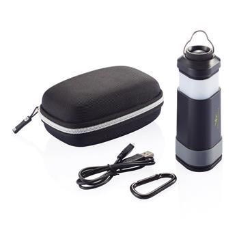 Powerbank mod.P324.901 outdoor 4 in 1 che include: batteria al litio da 4400mAh, torcia outdoor, luce d'emergenza e luce LED da campeggio. Include custodia e moscettone Swiss Peak. Output da 5V/2A e input da 5V/1.5A.   Dimensioni 5 x 5,3 x 10,8 cm.  COLORE    Nero