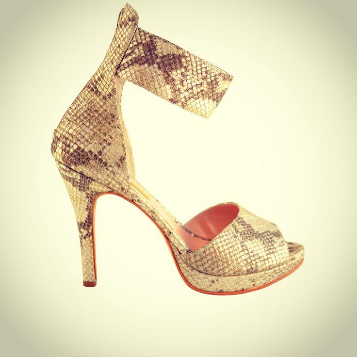 www.marfil.com.ar Stiletto con tobillera estiliza la pierna