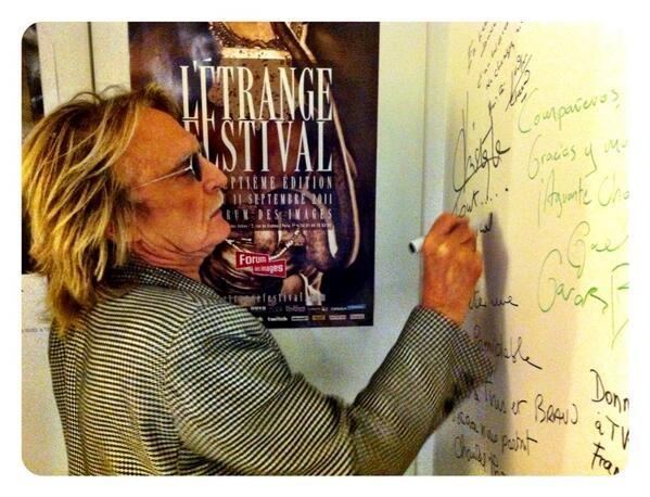 Le chanteur #Christophe dédicace sur le mur de la loge de #Linvité.