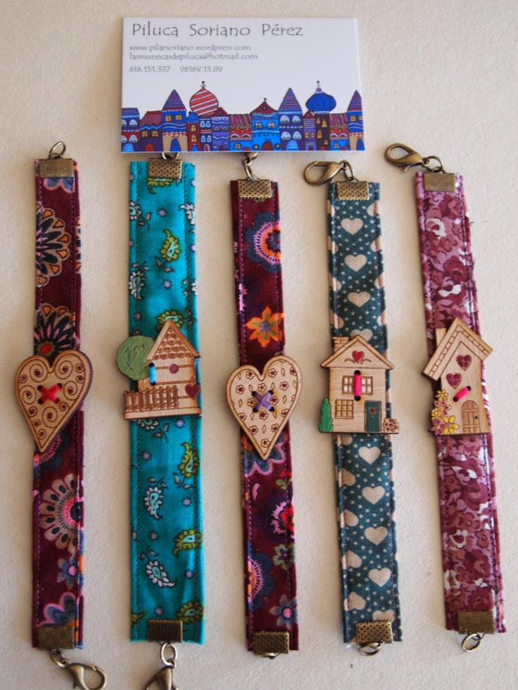 Pulseras de tela con adornos de madera pintados a mano.