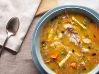 Varíe su menú de Semana Santa con Fanesca, la típica sopa ecuatoriana que lleva bacalao, frijoles y vegetales.