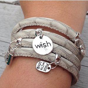 Leren armband die je 4 keer om je pols kan doen met 4 bedels naar keuze