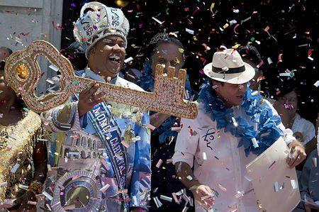 13日、ブラジルのリオデジャネイロで、カーニバルの開幕を祝うパエス市長(右)ら(AFP=時事) ▼14Feb2015時事通信|リオのカーニバル開幕=サンバのリズムに華麗なステップ-ブラジル http://www.jiji.com/jc/zc?k=201502/2015021400042
