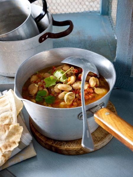 Löffel für Löffel ein Genuss: heiße Suppen für kalte Tage. Und kalte Suppen für heiße Tage. Das Beste: Jedes Suppen Rezept hat weniger als 200 kcal.