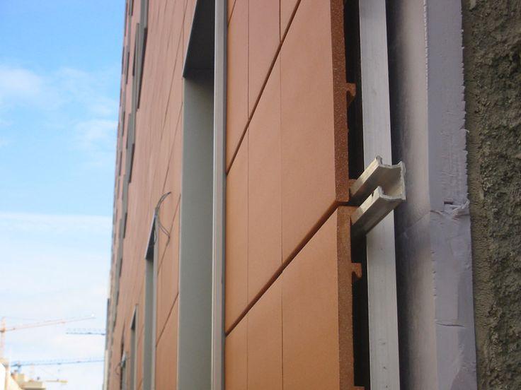 Este eficiente sistema de fachadas se caracteriza por permitir la circulación de aire a través de la misma, sirviendo además de colchón térmico, lo que permite un mayor confort y un ahorro energético de un 30% aproximadamente en comparación con los sistemas convencionales.