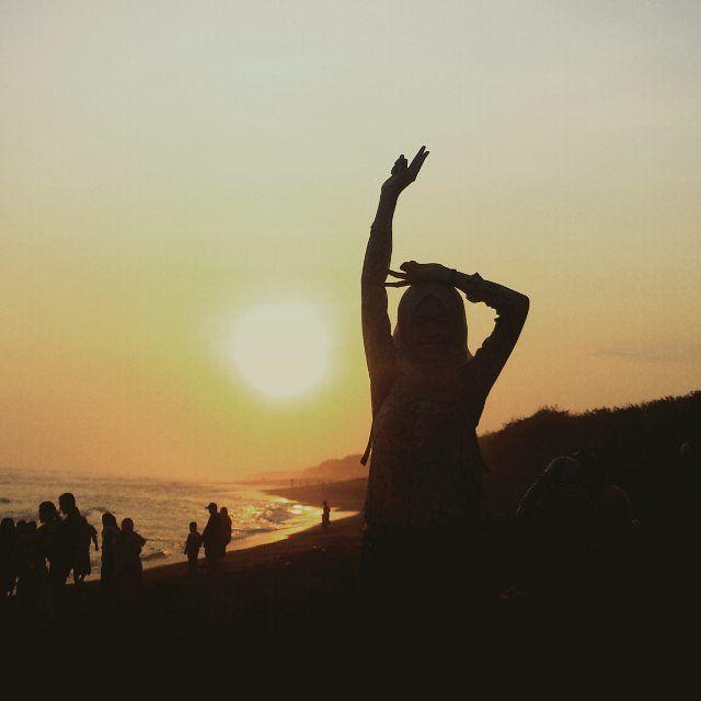 #vsco #ootd #hijab #beach #black #siluet #nature #free #fresh #explore #explorenature #explorejogja #like4like #yogyakarta by triafebriana