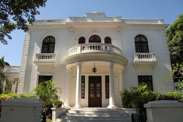 """Casa del barrio El Prado. Fue construida entre 1920 y 1930, en la época de mayor prosperidad económica de Barranquilla. El Barrio el Prado, que alberga preciosas e impresionantes mansiones de estilo republicano, fue declarado """"Bien de Interés Cultural de Carácter Nacional"""", mediante la resolución 0087 del 2 de febrero del 2005.  Barranquilla, Colombia"""