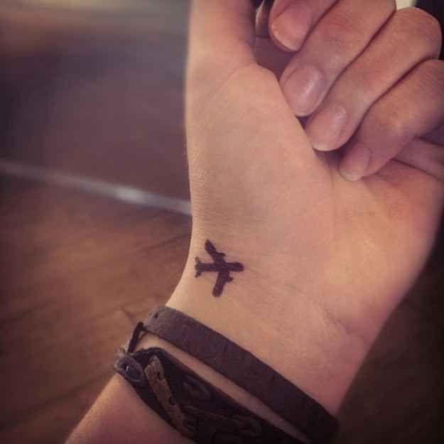 Um minúsculo avião: | 65 ideias absolutamente inspiradoras para tatuagens de punho