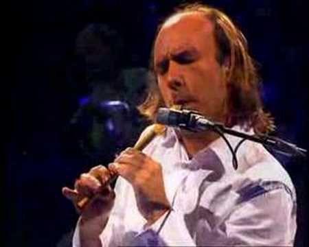 Mar Adentro. Carlos Núñez Muñoz (Vigo, Galicia, España, 1971) es un musico gallego de un virtuosismo excepcional, considerado como uno de los mejores gaiteros del mundo.