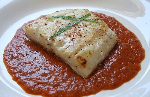 Receta tradicional de la cocina vasca: bacalao a la vizcaina. La salsa vizcaína lleva como ingrediente principal el pimiento choricero y se puede servir con platos de carne o de pescado.