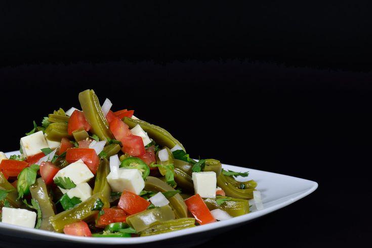 Esta deliciosa ensalada es una excelente opción para mantener una alimentación sana y balanceada y al mismo tiempo, darse un buen gusto. Aquí tienes la receta... Ensalada de Nopales Necesitas: 500 gramos de nopales picados en cubos y cocidos 5 jitomates sin semilla y picados en cubos ½ cebo