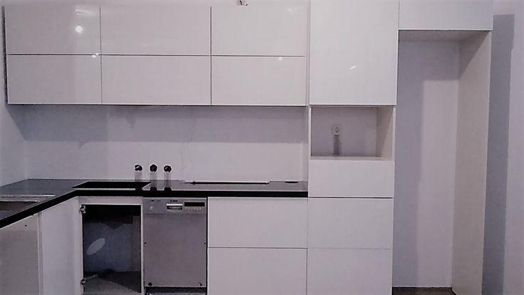 Рабочие будни   Устанавливаем очередной кухонный гарнитур с высоко глянцевыми фасадами из стекла.  Кухонное пространство открытое (объединено с гостиной), задача была создать стильную кухню, которая бы «не выглядела как кухня».  Проект будет многоходовым, далее кухня будет перетекать в жилую (пристенную) мебель, выполненную в едином стиле с гарнитуром.  Проект разбит на этапы, что бы распределить финансовую нагрузку.  Поэтому после установки кухни, начнем строить планы дальнейшего…