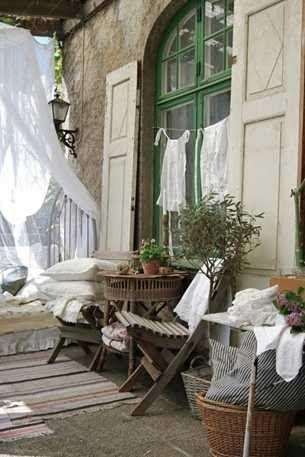 К большому сожалению у нас большинство людей используют балконы как хранилище всего ненужного, как место для сушки белья и хранения консервации, санок и лыж, ну и так далее. А еще балкон необходимо обязательно застеклить и утеплить, чтоб продолжить с его помощью комнату:). Конечно же, нельзя судить, как можем, так и живем. Но ведь какую красоту …