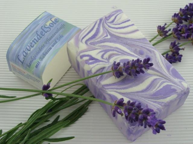 Eine feste Seife mit einem betörenden Lavendelduft, der an die Felder der Provence erinnert.Der üppige feine Schaum pflegt durch den Babassuanteil die