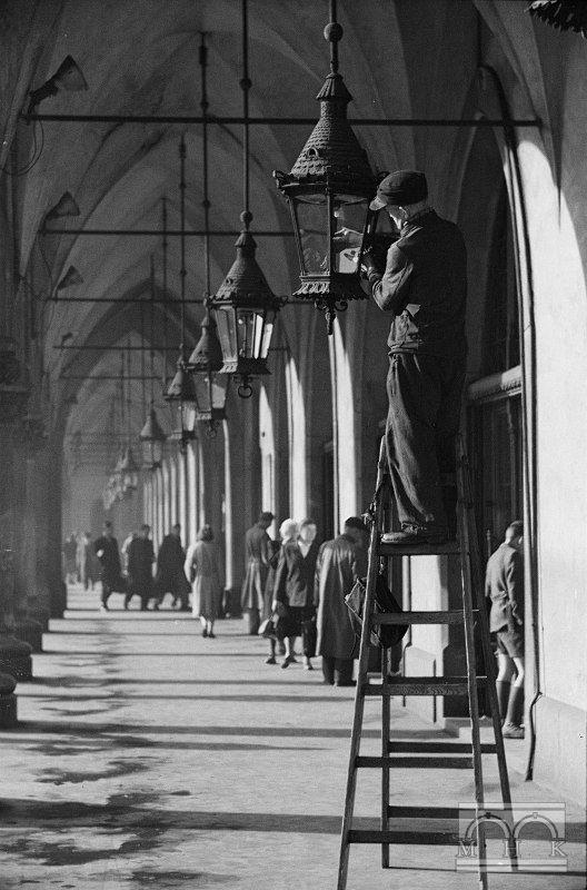 Sukiennice - podcienia arkadowe, czyszczenie lamp, Kraków, lata 50 siąte - Hermanowicz