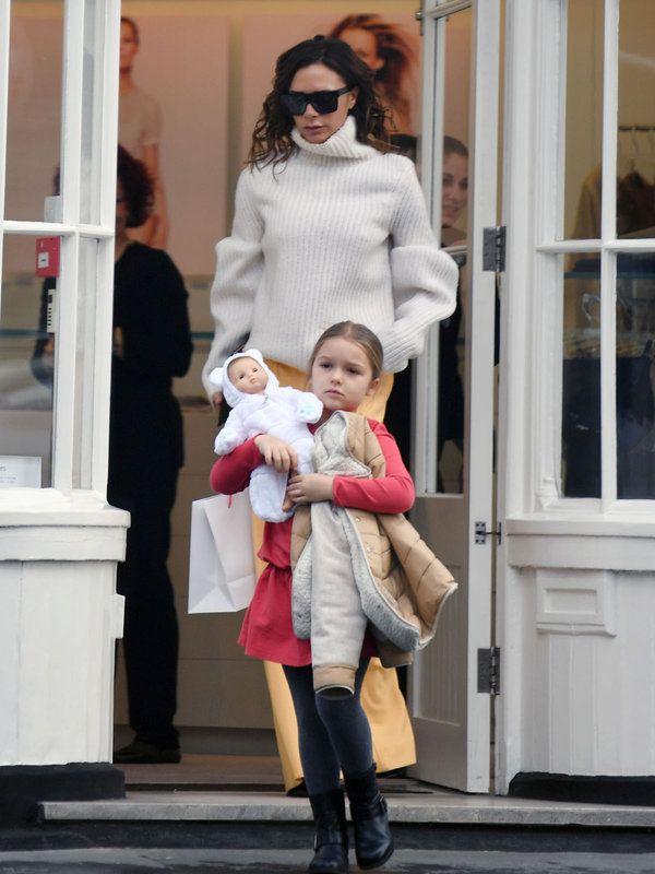 ベッカム夫婦の愛娘ハーパーちゃんの最新ファッション5|真っ赤なワンピースが主役の写真1です。
