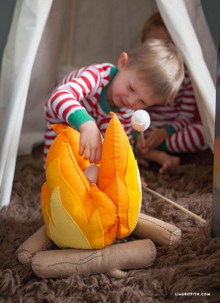 Felt Campfire for kids: this would go great with the DIY Tent Pack ( the pack that allows kids to build their own tent with sheets, rope and clamps) this campfire set even  comes with marshmallows for roasting, along with crackers and chocolate for s'mores. Awesome!!!  Felt_Fire_Kids_DIY