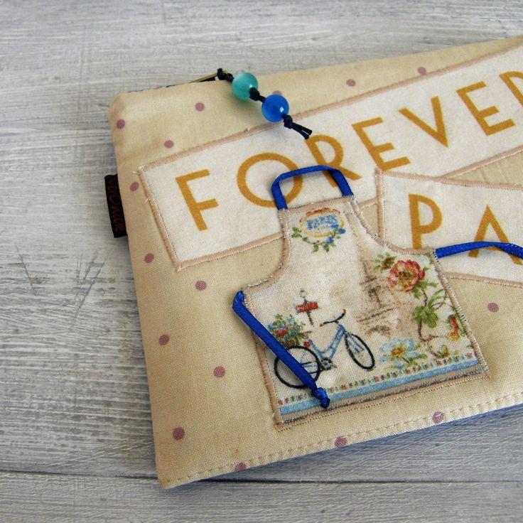 kapsička+-+forever+Paris+Nepostradatelná+kapsička+do+každé+kabelky+třeba+na+malovátka,+klíče,+telefon,+šperky...+zkrátka+na+co+právě+potřebujete.+Můžete+ji+nosit+v+kabelce,+darovat+jako+dárek...+Na+přední+straně+našitý+text+a+aplikace+zástěry+se+stužkami.+Kapsička+vyztužená+pro+větší+bezpečnost+věcí+uvnitř+a+příjemnější+omak.+Zadní+díl+kapsičky+je+z+...