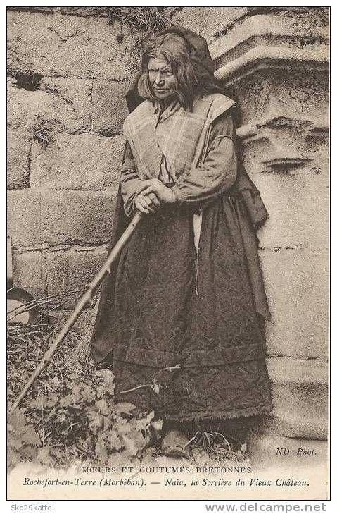 """Naia, la sorcière du Vieux Chateau, Rochefort-en-Terre. """"Naïa"""" est le surnom donné à une femme considérée comme une sorcière, en réalité intelligente et instruite, qui aurait vécu dans les ruines du château de Rieux à Rochefort-en-Terre. Selon Charles Géniaux, qui a publié une enquête sur Naïa, elle était connue localement pour avoir le don d'ubiquité, pour lire l'avenir, pour ne pas sentir la douleur... Selon un de ses informateurs, elle serait née à Malansac, d'un père rebouteux."""