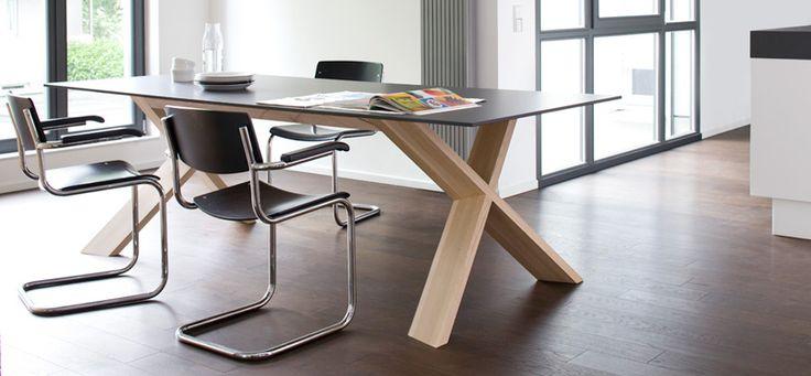 Ekskluzywny stół X-Man, posiada blat wykonany z materiału HPL, który jest odporny na ścieranie i łatwy w utrzymaniu czystości. Idealnie sprawdzi się jako funkcjonalny mebel biurowy.
