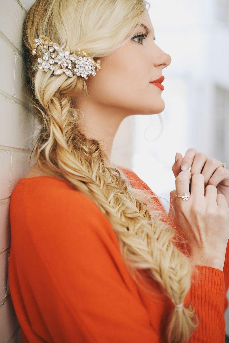 Wedding Hair - capelli da matrimonio - treccia a spina di pesce spettinata impreziosita da gioiello