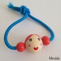kralen-koppie armband. oranje haar met blauw kleurig elastiek