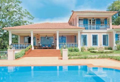 Localizada nos fundos da casa, a piscina de 11,75 x 4,50 m oferece privacidad...