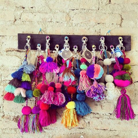 Llaveros hechos a mano con pompones de Chiapas Handmade key chain made of pompons from Chiapas state