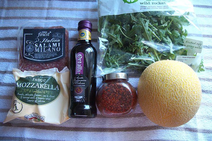 Салат с рукколой, дыней и моцареллой рецепт