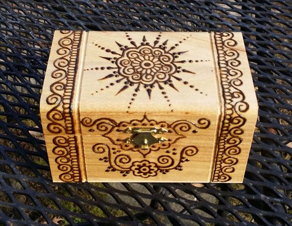 Caja de madera decorada con pirograbado