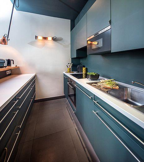 Une cuisine bleue avec éléments en cuivre pour oser réussir sa déco contemporaine! photographe d'architecture,mobil-home et yacht basé à Nantes